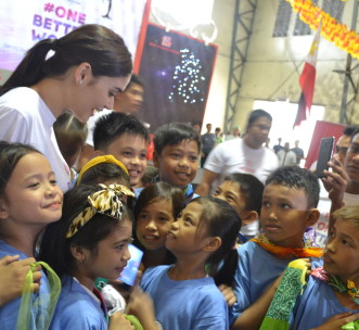 Miss Universe 2015 Pia Wurtzbach with H4C sponsor students